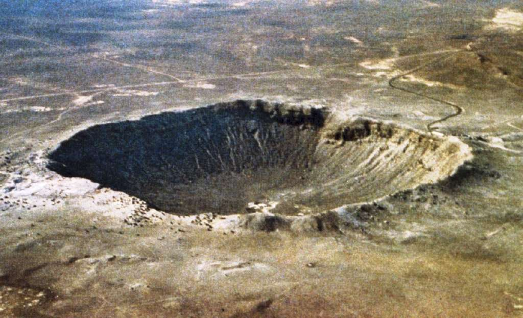 Le Barringer Meteor Crater près de Winslow, en Arizona, est un des exemples les mieux conservés de cratères d'impact sur Terre. © D. Roddy, Wikimedia Commons, DP