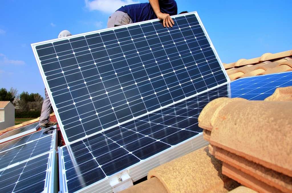 L'intervention d'un artisan labellisé RGE pour la pose de panneaux photovoltaïque est un gage de compétence et de sérieux, indispensable pour prétendre à des aides financières de l'État et éviter de s'exposer à une arnaque. © pf30, Adobe Stock