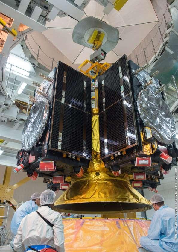 Les quatre satellites Galileo installés sur le dispenser, la structure qui supporte les satellites pendant le vol du lanceur et assure leurs mises à poste à l'instant précis demandé par la mission. © ESA, Cnes, Arianespace, Service optique CSG