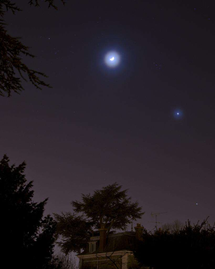 Pari réussi pour David Tollemer qui depuis Limay (78) réalisait hier soir sa première photographie astronomique. Un peu de brume auréole la Lune et Vénus. © David Tollemer