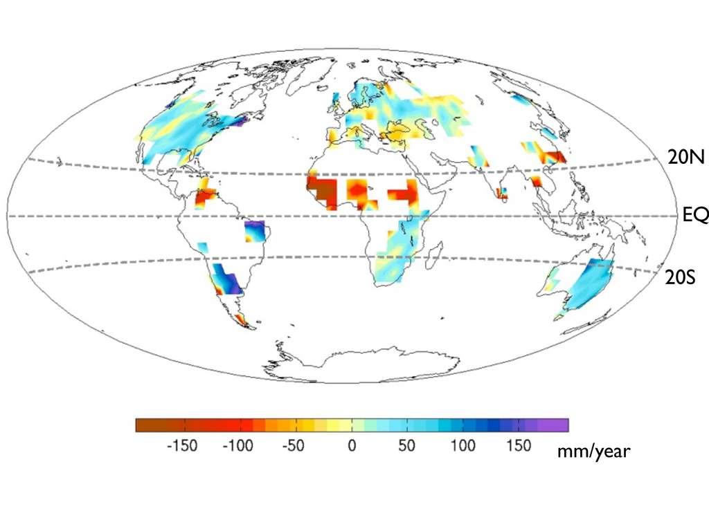 La moyenne des différences de précipitations dans le monde entre la période 1931-1950 et la période 1961-1980. Les taux varient entre -200 et +200 mm/an (mm/year). On observe que les zones où le déficit de pluies est maximal incluent le Sahel, tandis que le sud du Brésil et le sud-est l'Afrique sont plus humides. © Yen-Ting Hwang, université de Washington