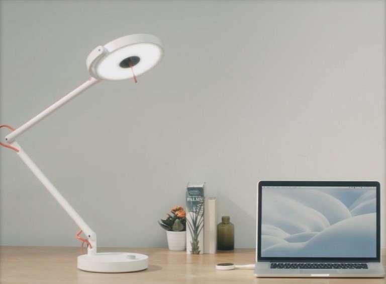 La lampe LED MyLiFi diffuse une connexion Internet via son rayon lumineux capté par le récepteur USB relié au PC portable. © Oledcomm