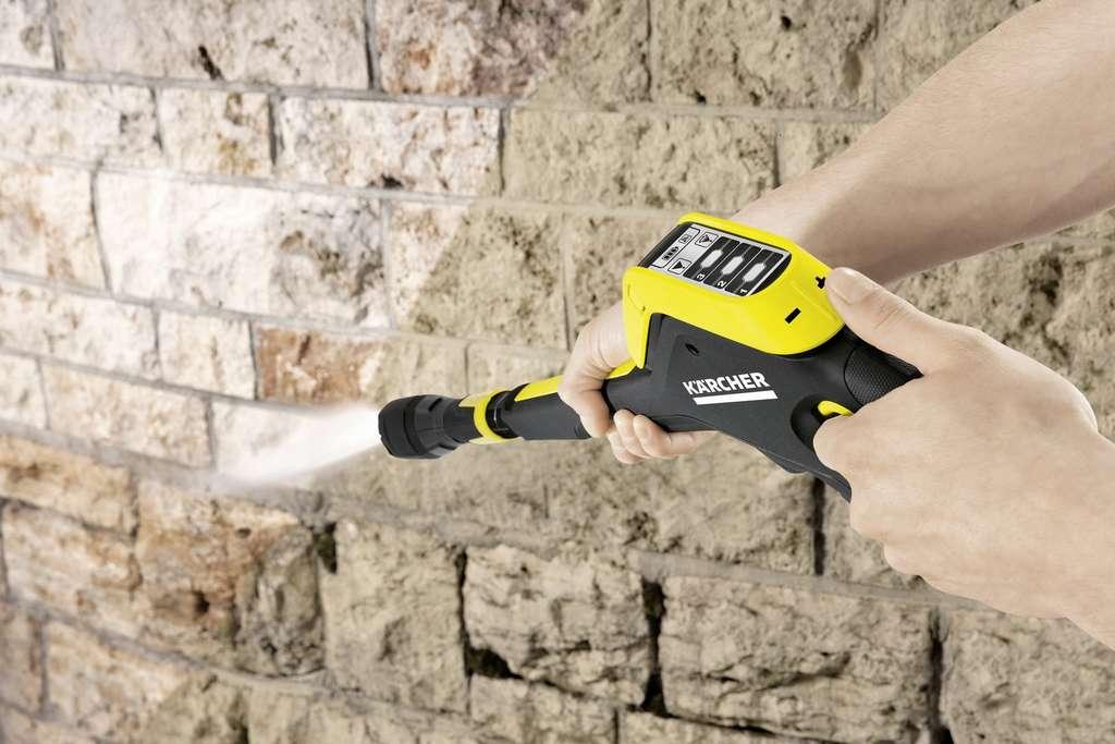Sur un matériau dur, la distance peut être réduite d'une dizaine de centimètres. Mais on doit garder la lance inclinée suivant un angle d'environ 15°. © Kärcher