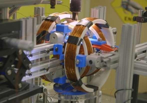 Pour contrôler le processeur fluidique, les chercheurs ont eu recours à des bobines électromagnétiques. Le champ magnétique appliqué joue le rôle de l'horloge qui cadence le processeur en synchronisant le déplacement des gouttelettes d'eau. © Stanford University