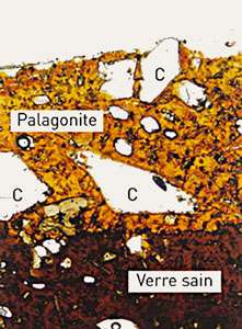 Pellicule de palagonite sur basalte sain. © DR