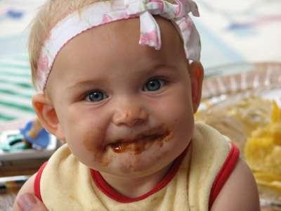 Attention à ne pas apprendre à un enfant à manger n'importe comment ! Les habitudes alimentaires s'acquièrent tôt, alors autant leur en inculquer des bonnes pour lui éviter de devenir obèse. © cheyenne, sea-runner.sv, time-machine.net, cc by nc sa 3.0
