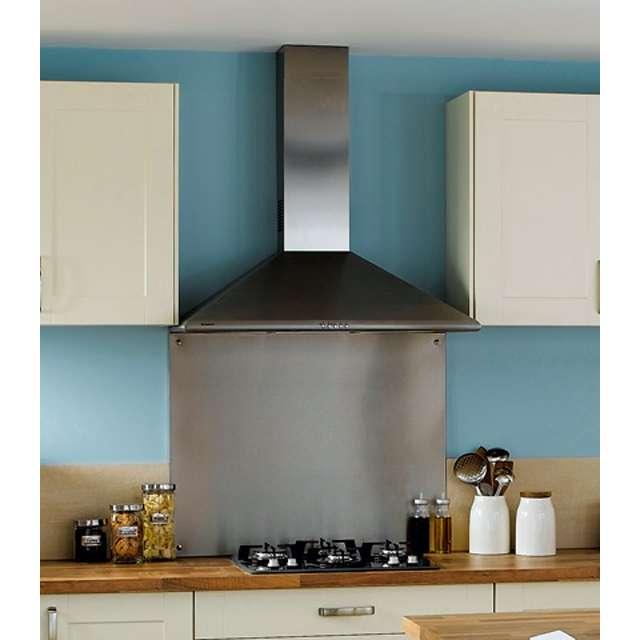 La hotte aspirante est indispensable dans la cuisine pour évacuer les vapeurs de cuisson et limiter les dépôts graisseux. Les systèmes à extraction, via un conduit débouchant sur l'extérieur, sont les plus performants. Les modèles à recyclage filtrent l'air chargé de vapeur et de graisse avant de le renvoyer dans la pièce. Ils sont plus simples à installer, mais les filtres sont à changer régulièrement. © Ariston