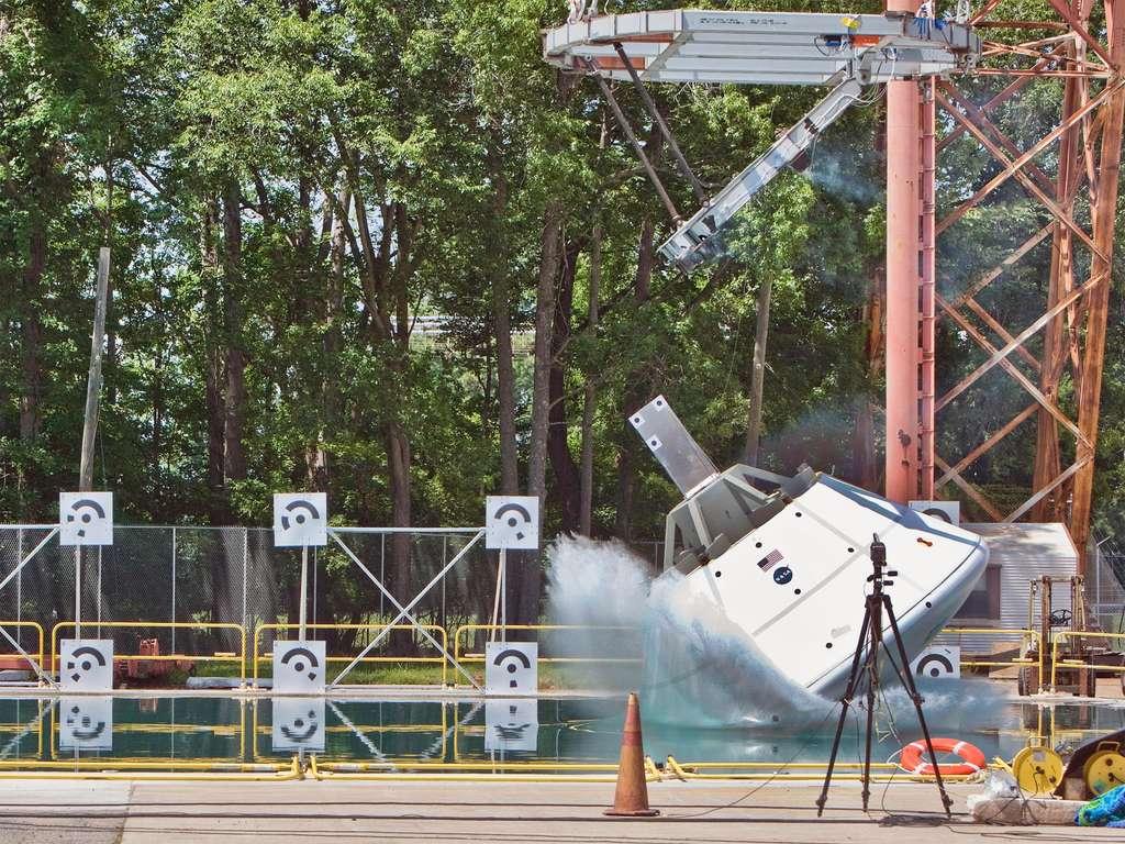 D'un poids de plus de 10 tonnes et se déplaçant à quelque 40 km/h, cette maquette simule l'amerrissage d'Orion-MPCV de retour d'une mission martienne ou sur un astéroïde. © Nasa/Sean Smith