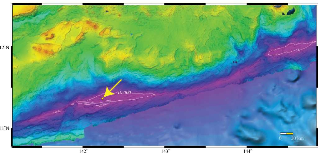 Position précise du point le plus profond de la Planète (10.994 ± 40 m) dans la fosse des Mariannes (étoile jaune). La flèche indique une zone délimitée par un trait blanc où la profondeur est supérieure à 10.000 m. La fosse des Mariannes mesure au total plus de 2.500 km de long. Elle indique une zone de subduction entre deux plaques tectoniques. © University of New Hampshire Center for Coastal and Ocean Mapping, Joint Hydrographic Center