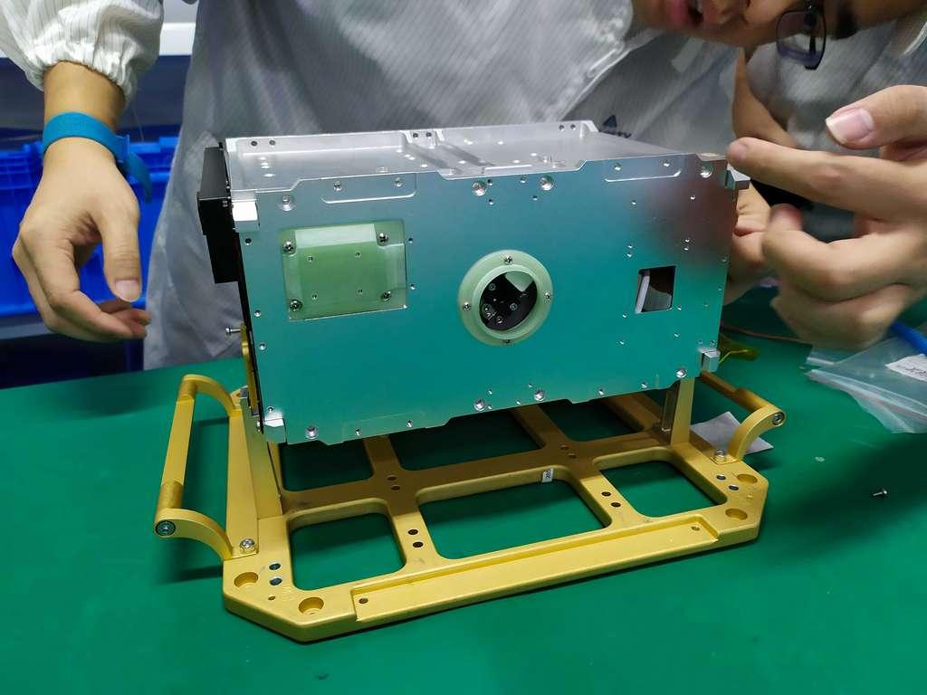 Le système de propulsion à iode I2T5 de ThrustMe. Il est ici vu en cours d'intégration dans le CubeSat de Spacety. © Spacety