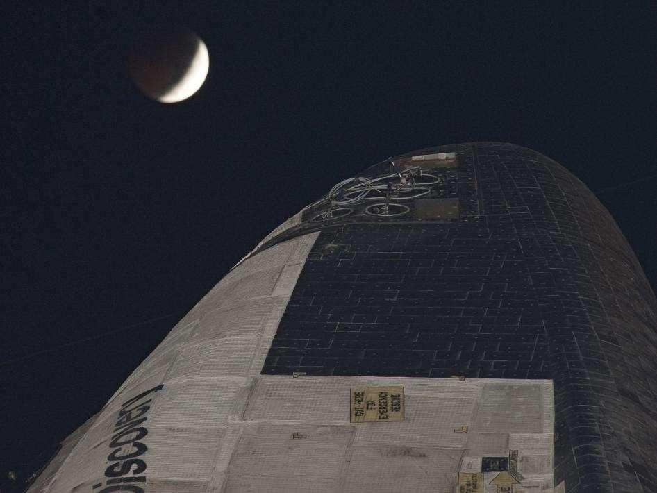 L'éclipse de Lune et la navette Discovery. © Nasa/Kim Shiflett