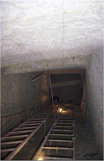 L'entrée du puits vertical. Source : Z. Hawass