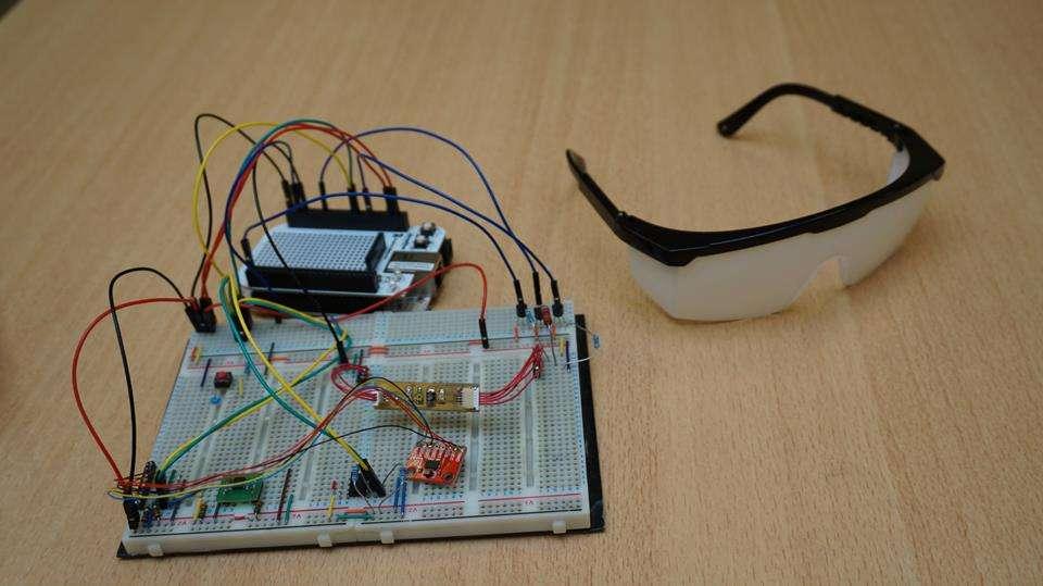 Le projet Handi'Light utilise des capteurs installés sur une paire de lunettes (opaques sur le prototype), dont les signaux sont analysés par un système électronique qui analyse les mouvements de la tête et les clignements des yeux. © ESME Sudria