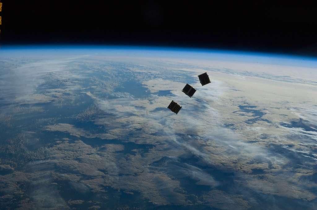 Trois des cinq CubeSat lancés depuis l'ISS... © Nasa