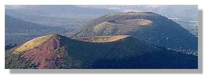 Cônes stromboliens et dôme parfaits, le puy de Pariou au premier plan et le puy des Goules au second contrastent avec le Grand Sarcouy au fond. Trois cas d'école sur les différents dynamismes volcaniques (© LVA)