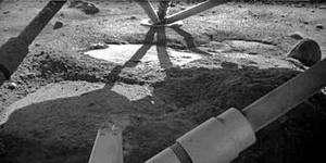 C'est sous ses pieds que la sonde Phoenix a trouvé des plaques de glace dont elle a même pu analyser la composition grâce à son bras robotisé. Crédit Nasa