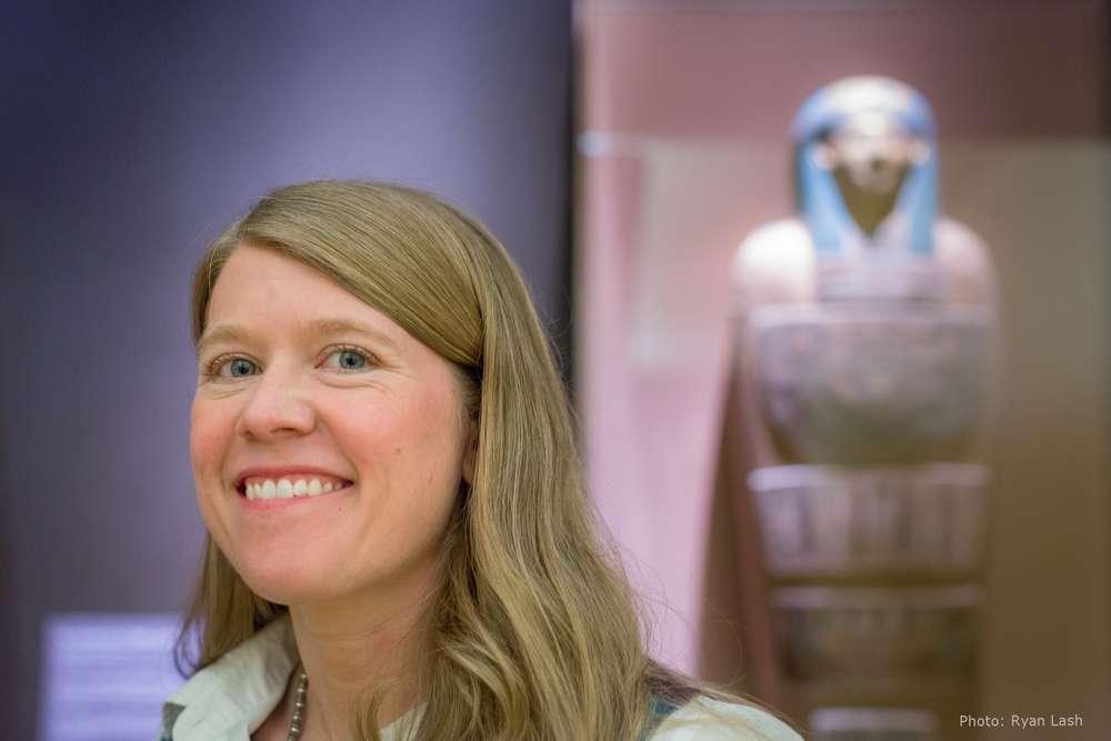 Sarah Parcak est une jeune archéologue qui a révolutionné sa discipline en développant une technique d'analyse des images satellite grâce à laquelle elle parvient à identifier des zones susceptibles de cacher un site archéologique. © Ryan Lash