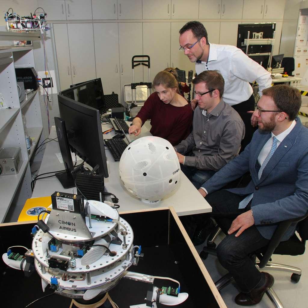 Cimon aura un premier aperçu de l'espace dès mars 2018, dans le cadre de la 31e campagne de vol parabolique du DLR, qui visera notamment à tester et optimiser les algorithmes GNC (guidage, navigation et commande) en conditions d'apesanteur. © Airbus Defence and Space