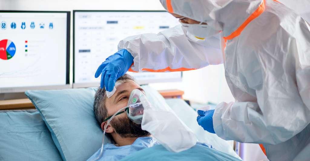Une forme sévère de la maladie est associée à une charge virale détectable plus longtemps. © Halfpoint, Adobe Stock