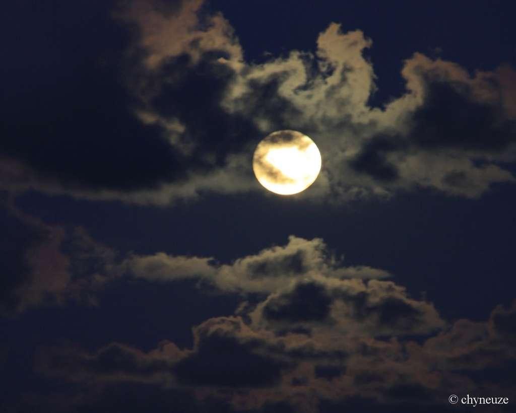Certains observateurs ont composé avec les nuages. © chyneuze