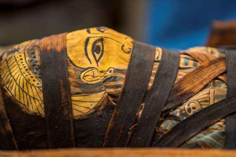 La momie d'un des 59 sarcophages découverts à Saqqara (Égypte), le 3 octobre 2020. © Khaled Desouki, AFP