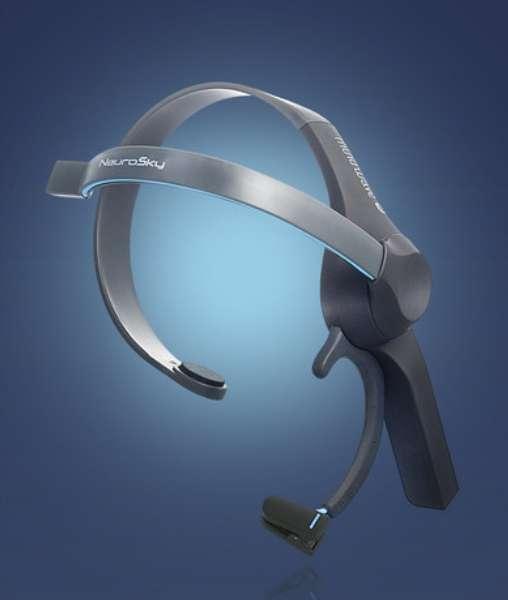 Le casque EEG (électroencéphalographe) de la société Neurosky est sans doute le plus répandu aujourd'hui. Il est utilisé par des professionnels ou des laboratoires de recherche pour diverses applications. Sa structure est simple et il ne comporte qu'une électrode, sur le front, pour capter des signaux venus des ondes cérébrales ou des contractions de muscles de la face. Avec un peu d'entraînement, il est possible de générer à volonté des signaux qui pourront être interprétés par un système électronique dédié. © Neurosky