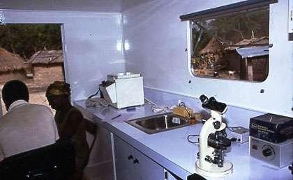 Photo : 34 - Le camion-laboratoire permettait de transporter le laboratoire médical dans les villages du bout du bout de la piste. © Gérard Duvallet