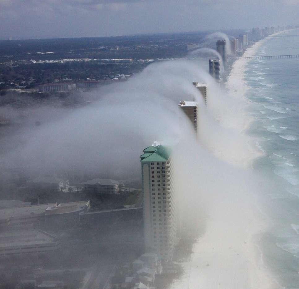Un tsunami de nuage s'est produit en Floride en février 2012. Un pilote d'hélicoptère, J. R. Hott, a été témoin de la scène. Plus de photos sont disponibles sur sa page Facebook, Panhandle Helicopter. © J. R. Hott