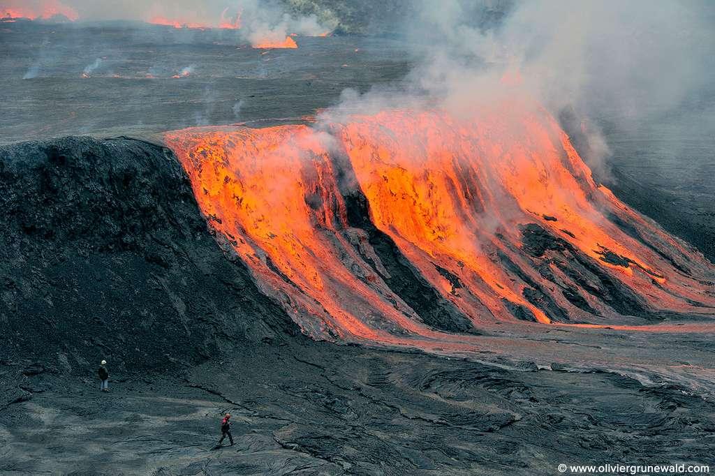 En 2010, une mission de la Société volcanologique de Genève a rejoint le fond du cratère du Nyiragongo assistant de près à des débordements réguliers du lac. © Olivier Grunewald, DR
