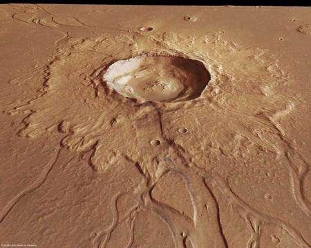 Le cratère, observé sous un angle d'environ 45° mettant son relief en valeur. Cliquer pour agrandir. Crédit : Esa