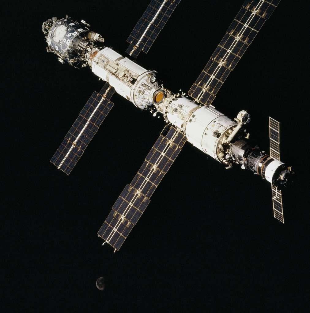 Septembre 2000 : Un Progress amarré à l'arrière de l'ISS