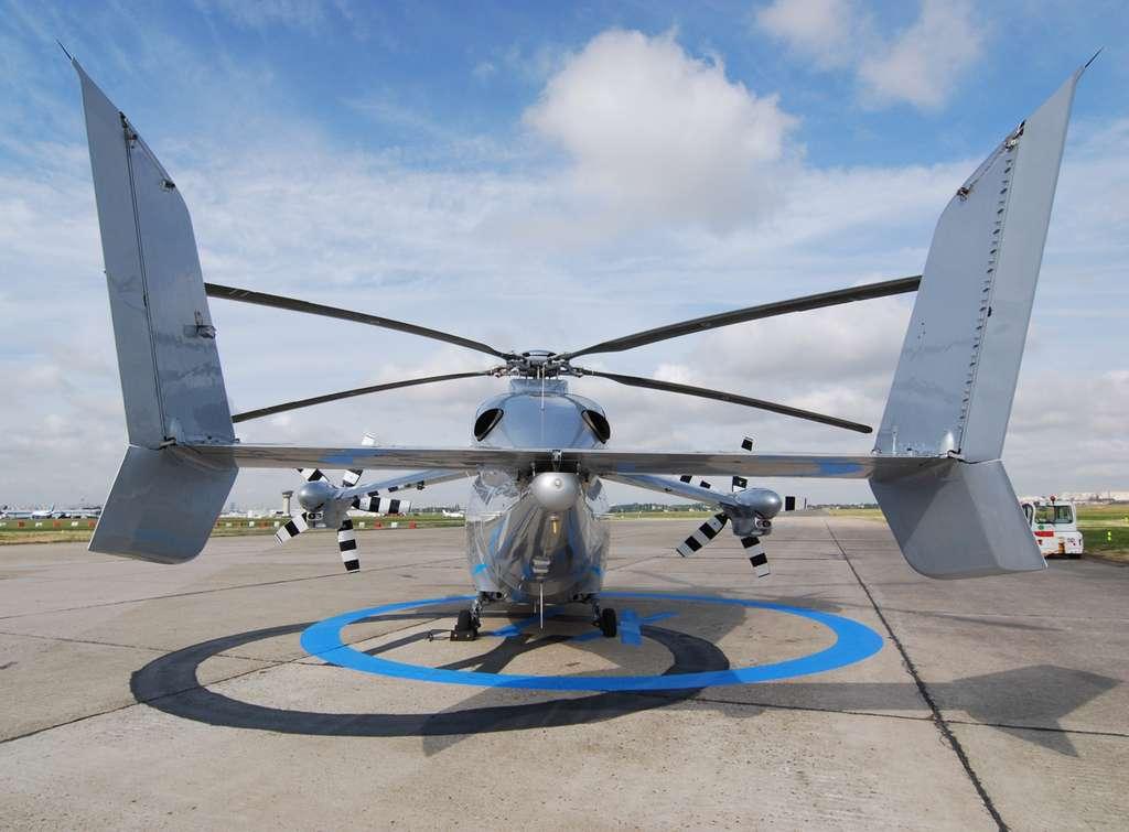 Le X3 est un gyrodyne, c'est-à-dire un appareil dont la sustentation est assurée par un rotor, comme un hélicoptère, et dont la traction est obtenue par des hélices conventionnelles. La nouveauté du X3 est de profiter au maximum de la portance générée par les petites ailes à grande vitesse pour décharger le rotor. On remarque aussi l'absence de rotor arrière. C'est la traction différentielle entre les hélices droite et gauche qui joue son rôle (le contrôle sur l'axe de lacet, la rotation autour de l'axe vertical). © Rémy Decourt