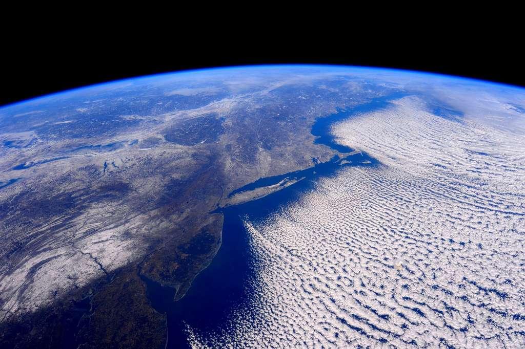Lorsque le vortex polaire s'étire et ondule, l'air froid peut s'échapper vers des latitudes inférieures. © Nasa Johnson