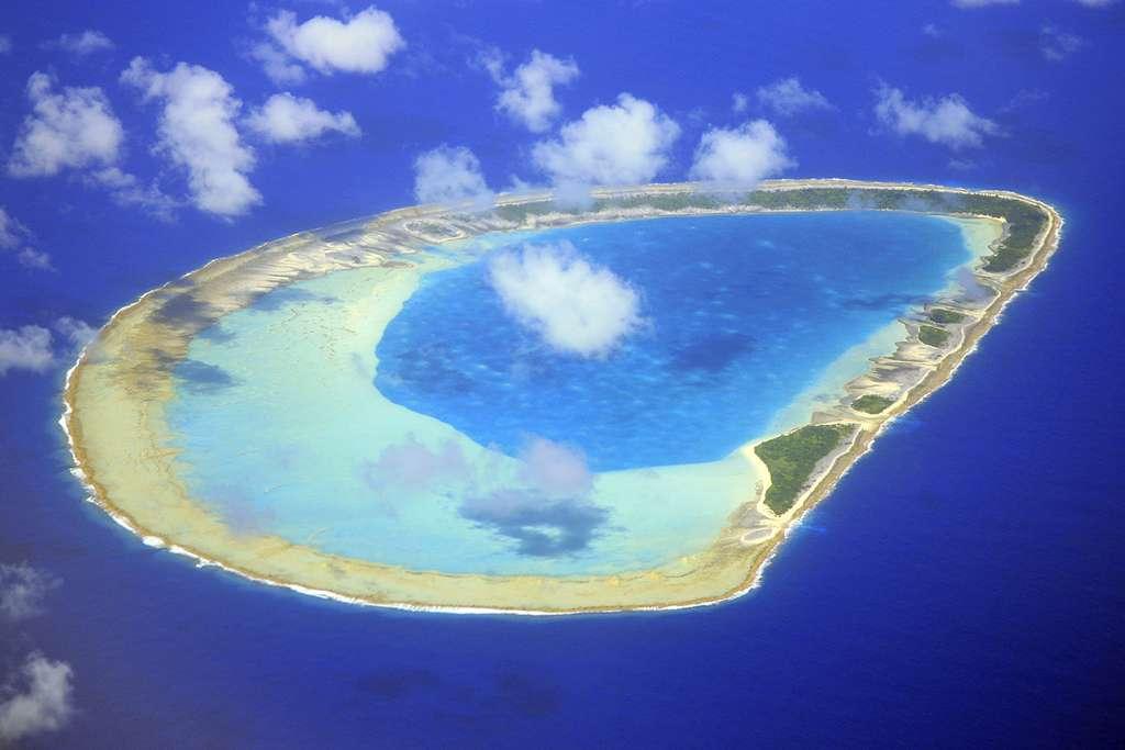 Vue aérienne de Reitoru, un atoll des Tuamotu