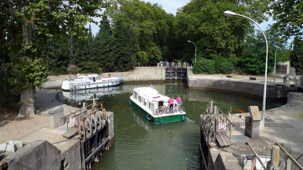 Canal du Midi, écluse ronde d'Agde (n° 61 sur 63), dessinée sur la carte de Nicolas de Fer ci-dessus ; cliché J.L. Zimmermann. © Wikimedia Commons, domaine public.