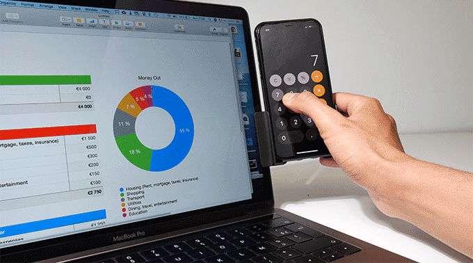 Une calculatrice à portée de main. Pratique sur un PC portable. © Makagency