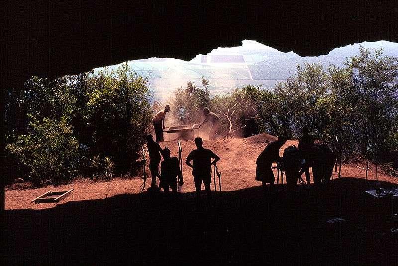 La grotte de Border Cave, située à la frontière entre l'Afrique du Sud et le Swaziland, est un site paléontologique très riche. Des groupes humains s'y sont succédé depuis 200.000 ans. © Androstachys, Wikipédia, DP