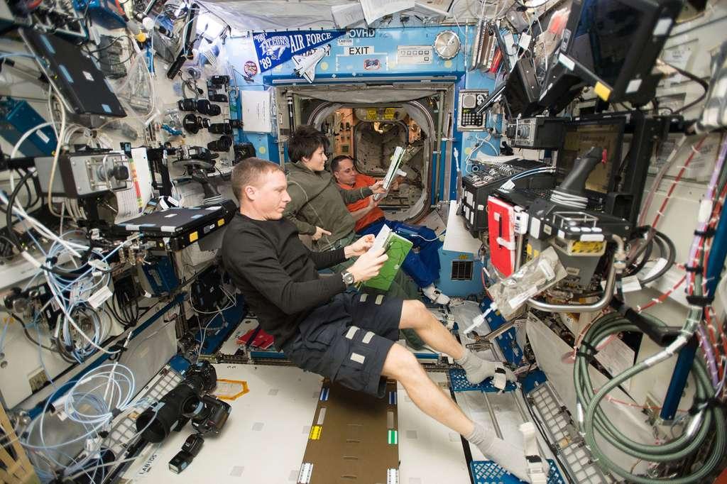 Si l'exploitation de la Station spatiale internationale empêche le financement d'une mission humaine à destination de Mars, sans ce complexe orbital la Planète rouge serait toutefois difficilement atteignable. C'est pourquoi jusqu'à la fin de sa vie, l'ISS sera notamment utilisée pour tester des technologies nécessaires aux voyages martiens et comprendre les effets sur la santé des astronautes. © Nasa