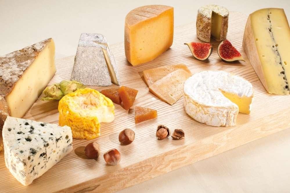 Un plateau de fromages. Il existe différents types d'appellations, comme les AOC et les AOP. © Studio B, CNIEL