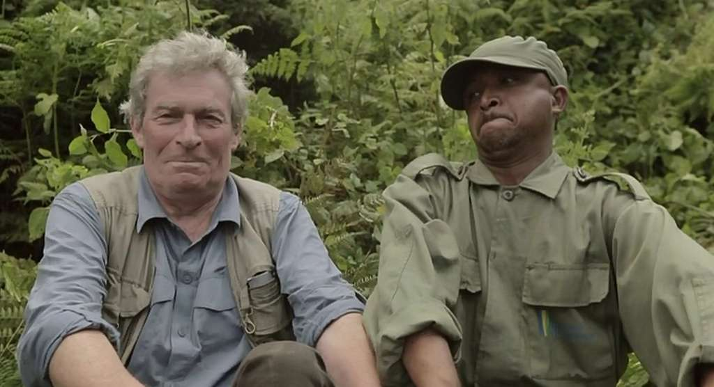 André Lucas (à gauche) et Diogène imitant l'expression de colère d'un gorille : lèvres pincées et bras tendus. © Frontview Production, MFP (image extraite du film)