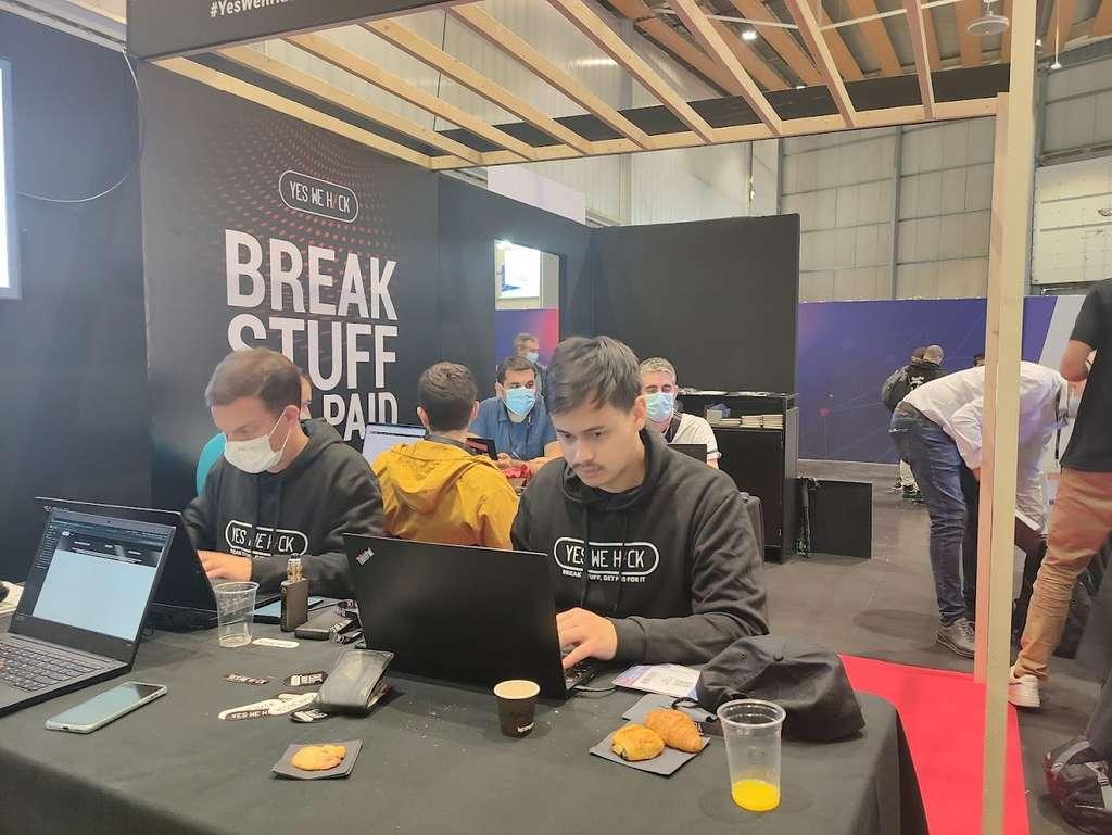 Brice et Victor se préparent mentalement à la compétition pour être les premiers à trouver le maximum de failles éventuelles sur le service Doctolib. © Futura