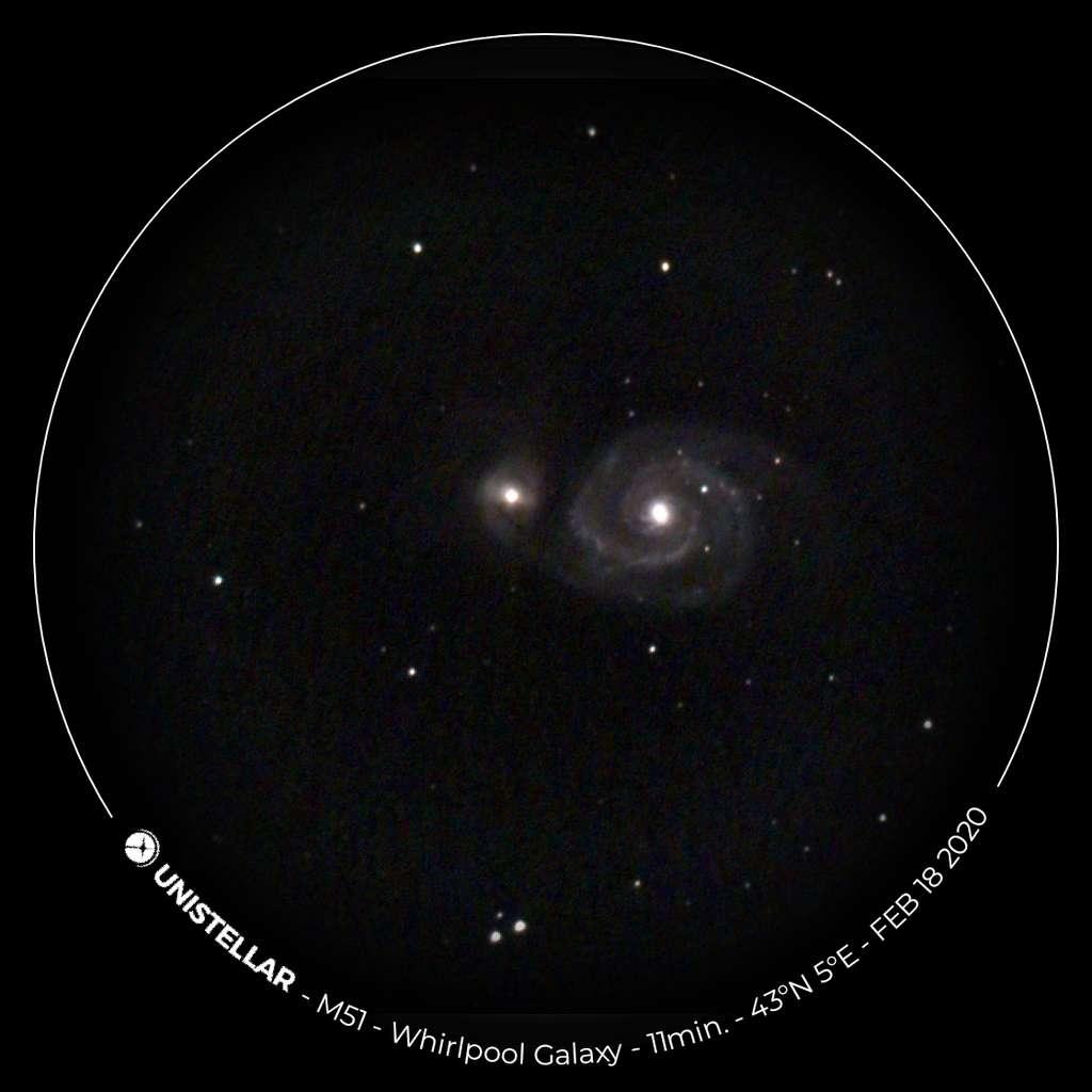 M51, aussi connue comme la galaxie du Tourbillon est un couple de galaxies dans la constellation des Chiens de chasse, composé d'une galaxie spirale dont le diamètre est estimé à 100.000 années-lumière et d'une petite galaxie irrégulière. © 2017-2020 - Unistellar, tous droits réservés