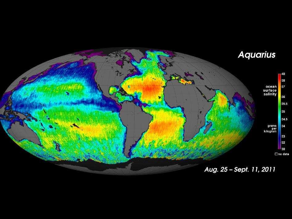 La salinité des océans (ocean surface salinity) s'exprime en général en Practical salinity units (psu). Un psu correspond à 1 g de sel par kg d'eau de mer (grams per kilogram). La salinité varie de 30 (en violet sur la carte), qui caractérise une eau de mer très diluée, à 40 psu (en rouge sur la carte) où la salinité est maximale. Les pôles sont les zones les moins salées, en raison de l'intense apport d'eau douce issue des glaces. Proche de l'équateur, dans les gyres subtropicales, la salinité est importante, en raison notamment d'une forte évaporation. Les données de salinité sont issues du projet Aquarius : mesurées par satellites radar et radiomètre, les données sont ensuite corrigées par une équipe de la Nasa, dédiée à ce projet. © Nasa