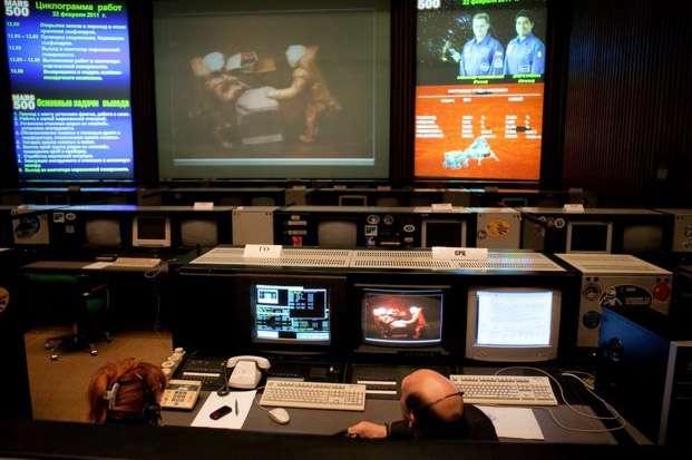 Constamment surveillés, comme ici lors d'une simulation de sortie sur Mars, les six volontaires de Mars 500 ont vécu en autonomie pratiquement totale pour les besoins de l'expérience. © IBMP/Oleg Voloshin