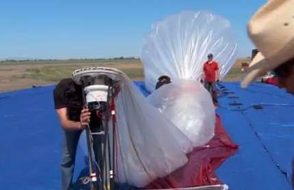 Les ballons du Project Loon sont constitués d'une enveloppe de polyéthylène enfermant de l'hélium et mesurant environ 15 m de diamètre. Ils sont pilotés dans le plan vertical, comme tout ballon, et se dirige en allant chercher des vents soufflant dans différentes directions. L'équipement radio et les panneaux solaires leur permettent de devenir des relais radio pour un accès Internet. C'est l'ensemble des ballons, dont chacun est en mouvement permanent, qui forme le réseau. © Google