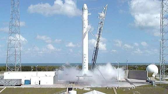 Essai statique des neuf moteurs Merlin du premier étage de Falcon 9. © SpaceX