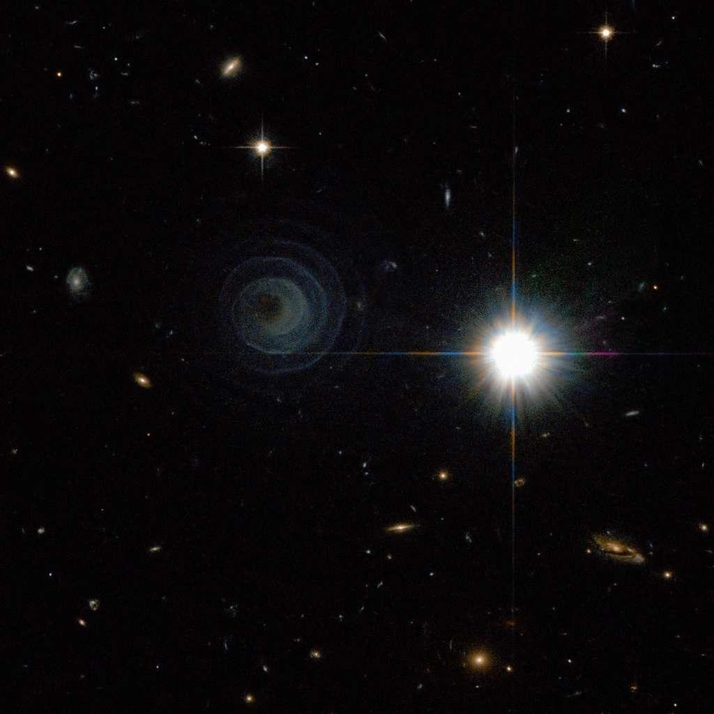 L'intrigante spirale de la nébuleuse planétaire Iras 23166+1655 pourrait s'expliquer par la présence d'un compagnon en orbite autour de la naine blanche centrale. © Esa/Nasa/R. Sahai