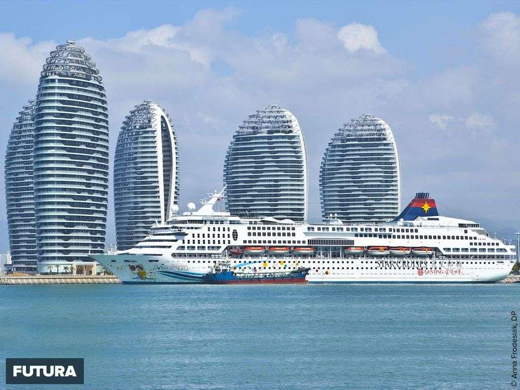 Bateau de croisière à Haïnan, île tropicale de la mer de Chine