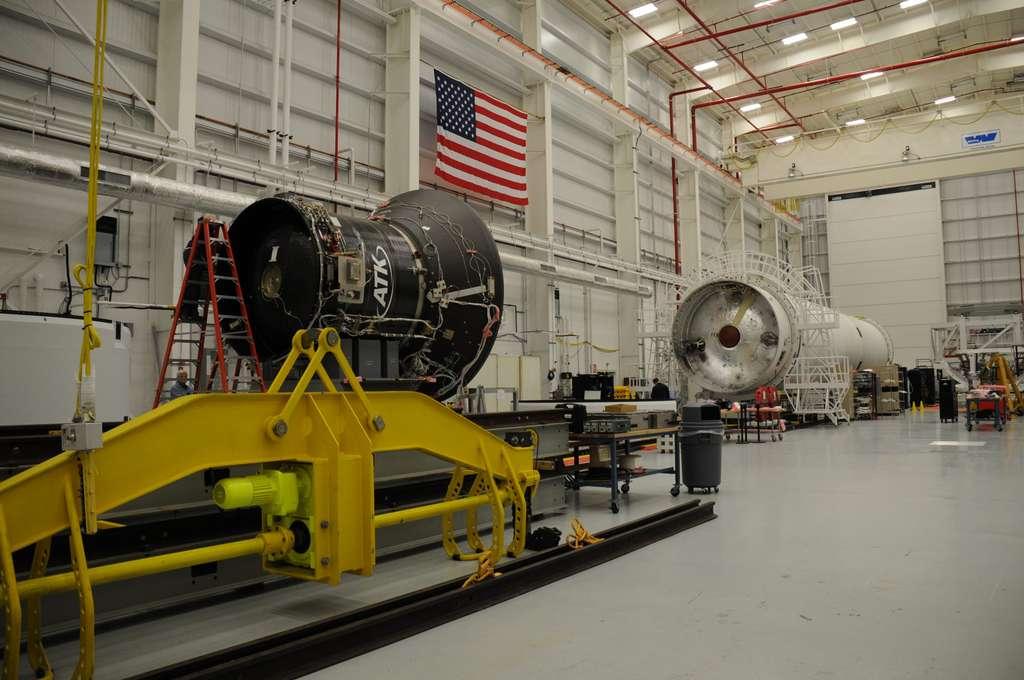 Préparation d'un nouveau lanceur Antares. Au premier plan, le propulseur solide Castor 30 d'ATK du deuxième étage, et au fond le premier étage du lanceur. © Rémy Decourt, Futura-Sciences