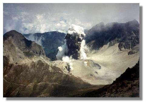 Explosion dans le cratère du Guagua Pichincha en 1999, Équateur. © Departamento Geofisico, EPN